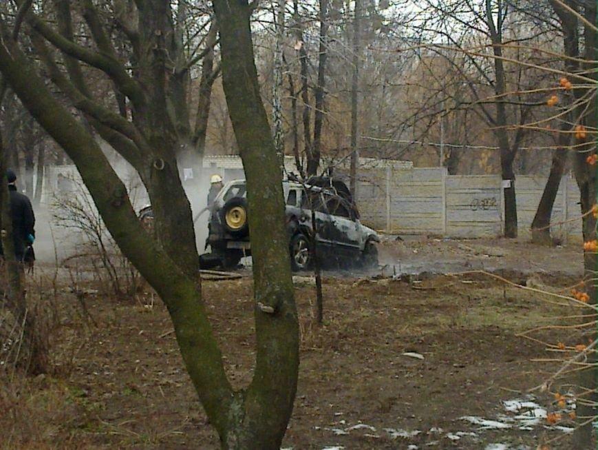 В Харькове около здания Дзержинского райсуда горел внедорожник (ФОТО) (фото) - фото 1