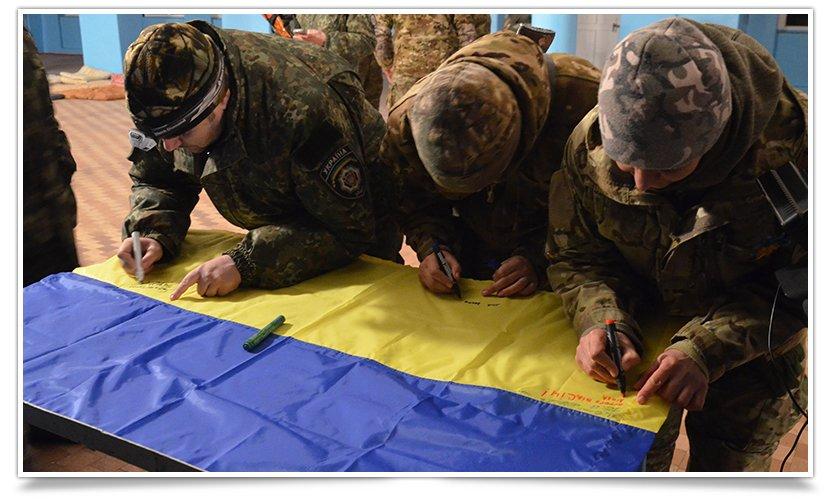 Бойцы батальона «СІч» подписали флаг для Славянска (фото) - фото 3