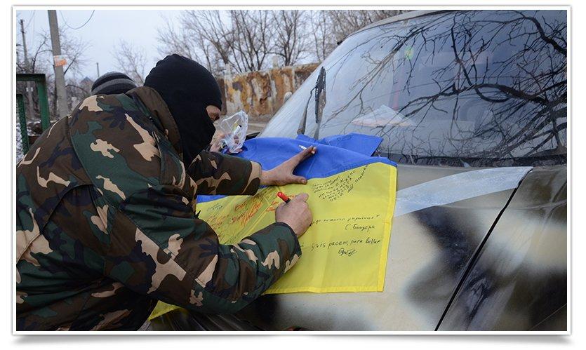 Бойцы батальона «СІч» подписали флаг для Славянска (фото) - фото 4