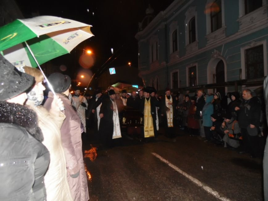 Сотні тернополян зустріли тіло предстоятеля УАПЦ Блаженнішого митрополита Мефодія (фото), фото-6