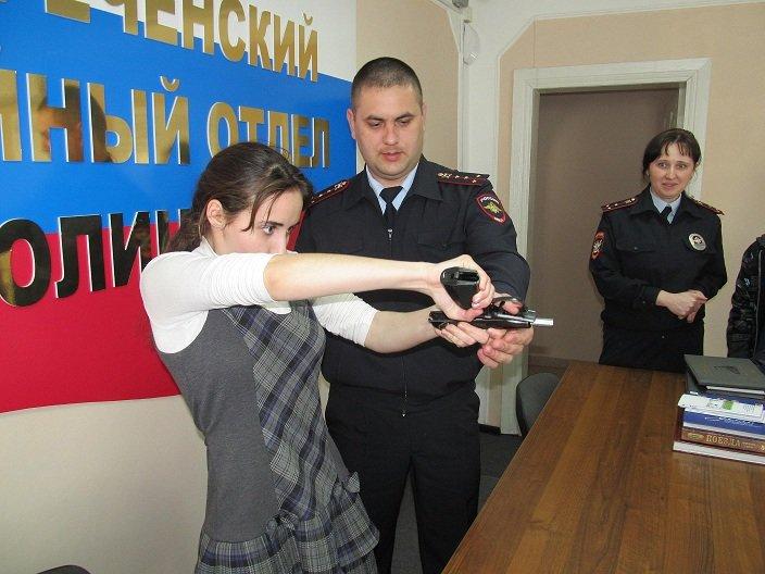 В Белореченском линейном отделе полиции школьников и студентов обучили ориентироваться в сложных жизненных ситуациях, фото-2