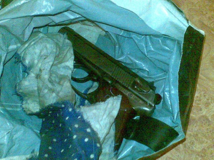 Искали украденный мобильный, а нашли пистолет боевика ДНР, фото-1