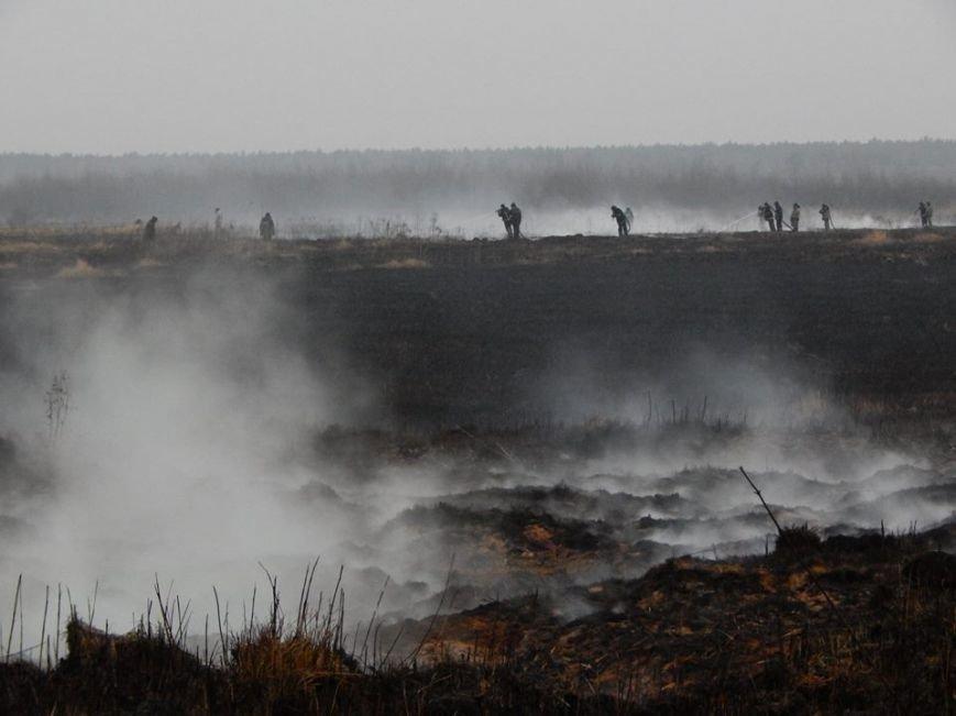 На Львівщині рятувальники щодня борються із масштабною пожежею торфу (ФОТО), фото-1