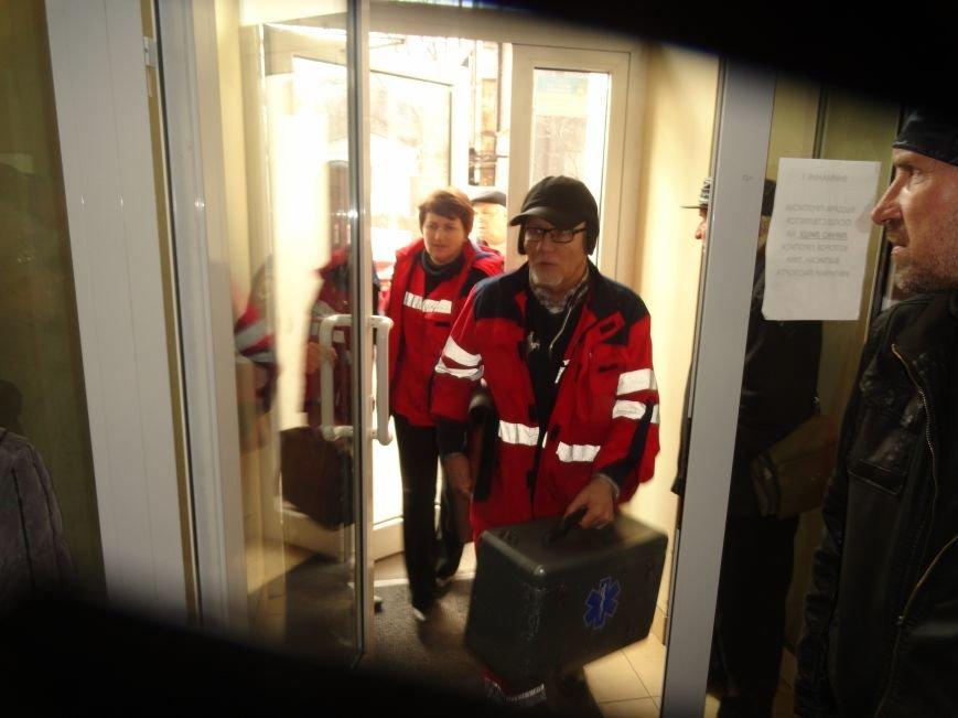 Сегодня здание  Жовтневой райадминистрации атаковали одновременно около 300 человек  (ФОТОРЕПОРТАЖ) (фото) - фото 1