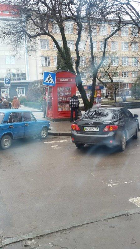 Головний ДАІ-шник Тернопільщини паркується на пішоходному переході (фото) (фото) - фото 1