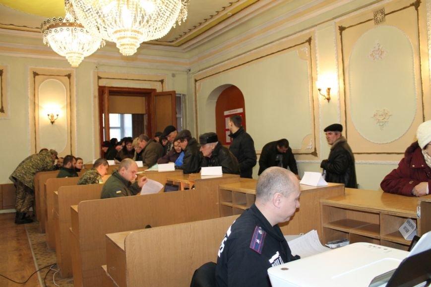 Очередям бой: В Артемовске расширили координационную группу по выдаче пропусков в зону АТО, фото-1