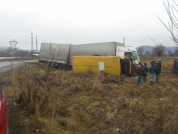 Неподалік Львова водій вантажівки заснув за кермом та протаранив маршрутку (ФОТО) (фото) - фото 2
