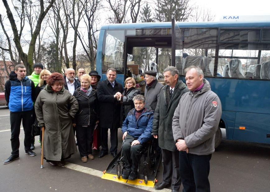 У Львові візочники з Донеччини отримали новий автобус за 980 тисяч гривень (ФОТО), фото-1