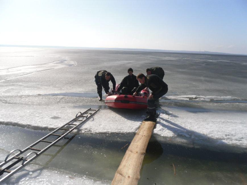 В Днепродзержинске спасли двух рыбаков, провалившихся под лёд, фото-1