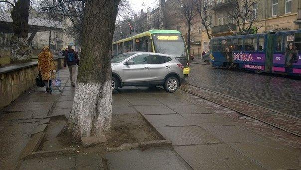 ФОТОФАКТ: у Львові «розумник» продемонстрував, як не можна паркуватись. (фото) - фото 1