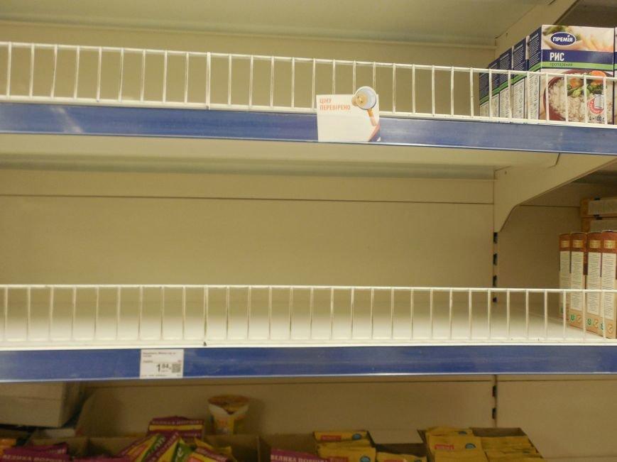 Харьковчане по-прежнему сметают с полок магазинов муку, крупы и сахар, но торговые сети начали пополнять запасы (ФОТО) (фото) - фото 1