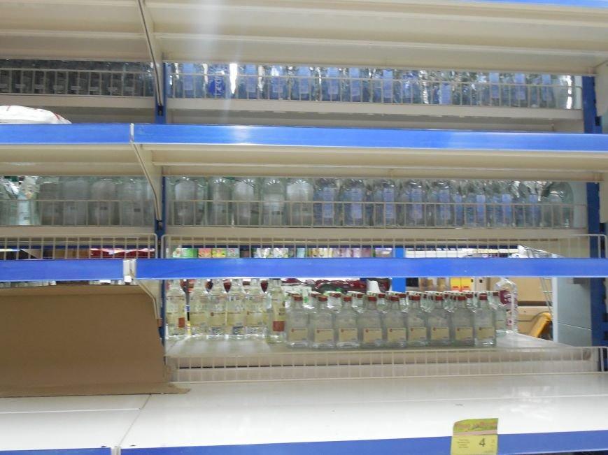 Харьковчане по-прежнему сметают с полок магазинов муку, крупы и сахар, но торговые сети начали пополнять запасы (ФОТО) (фото) - фото 4