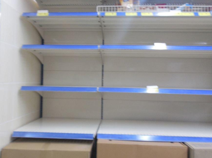 Харьковчане по-прежнему сметают с полок магазинов муку, крупы и сахар, но торговые сети начали пополнять запасы (ФОТО) (фото) - фото 5