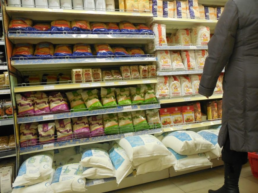 Харьковчане по-прежнему сметают с полок магазинов муку, крупы и сахар, но торговые сети начали пополнять запасы (ФОТО) (фото) - фото 3