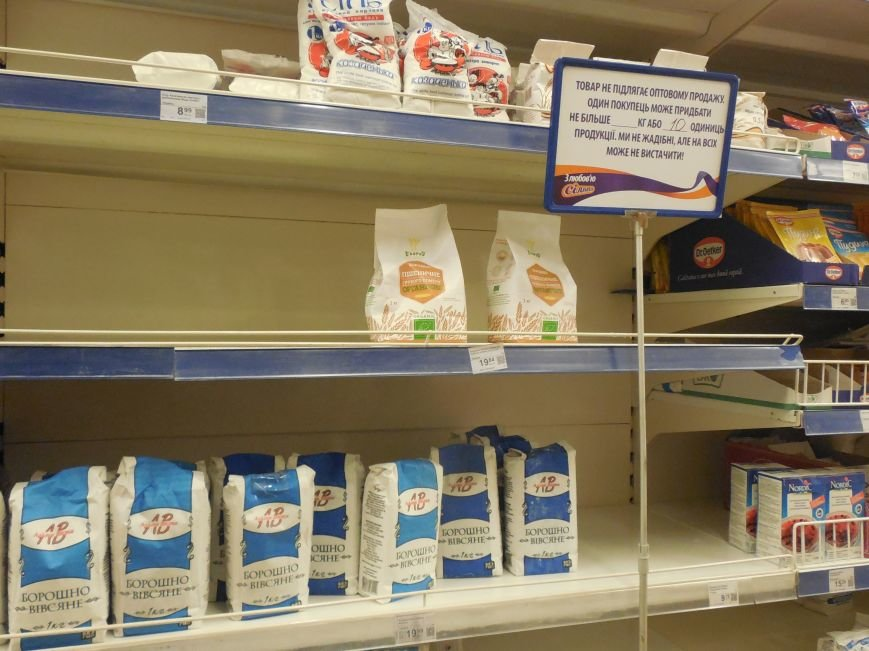 Харьковчане по-прежнему сметают с полок магазинов муку, крупы и сахар, но торговые сети начали пополнять запасы (ФОТО) (фото) - фото 2