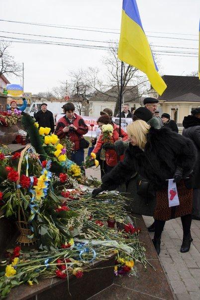 Николаевцы на митинге в поддержку Савченко помолились за «Небесную Сотню» и почтили память Немцова (фото) - фото 4