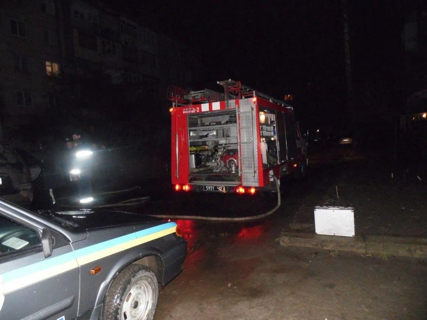 У Чернівцях вночі від вибуху загорілася машина (фото) - фото 1