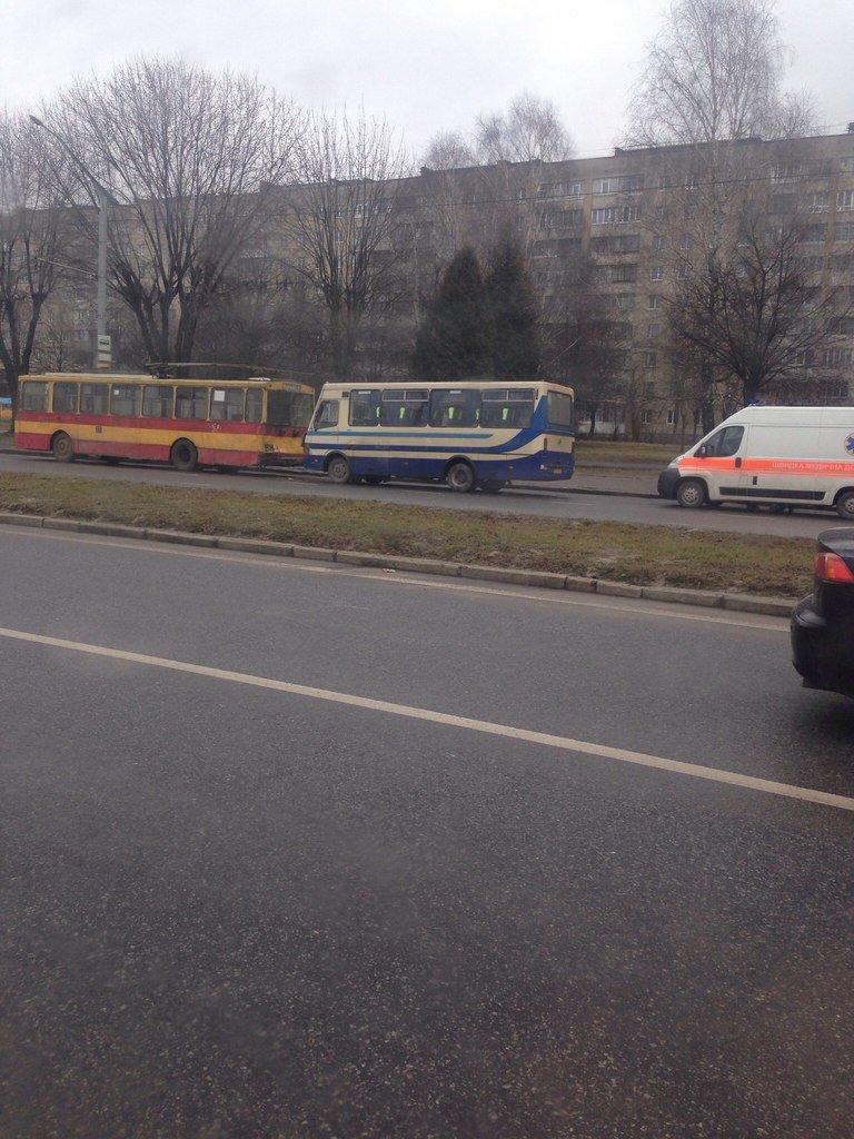 У Львові автобус зіткнувся із тролейбусом. Постраждало четверо осіб (ФОТО) (фото) - фото 1