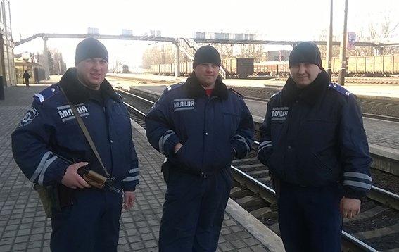 На станции Красноармейск фильтрационная группа проводит проверку подозрительных людей и предметов (фото) - фото 11