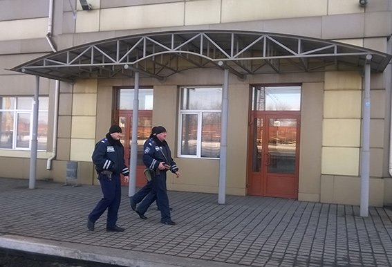 На станции Красноармейск фильтрационная группа проводит проверку подозрительных людей и предметов (фото) - фото 1
