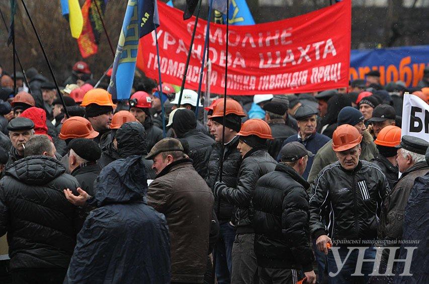 В Киеве под Верховной Радой митингующие подрались из-за флага СССР (ФОТО) (фото) - фото 1