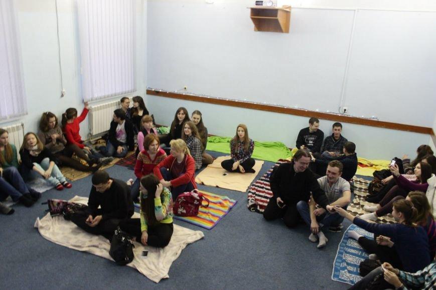 Кіровоградська ФРІ змусила людей сидіти на підлозі. ФОТО (фото) - фото 1