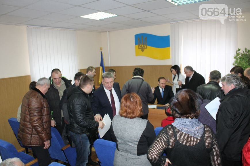 В Кривом Роге: угрожают волонтерам, перенесли суд над заместителем мэра, активисты «люстрировали» чиновника (фото) - фото 2