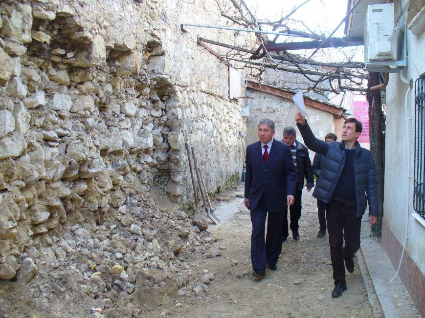 В центре Симферополя рушится стена (ФОТО) (фото) - фото 1