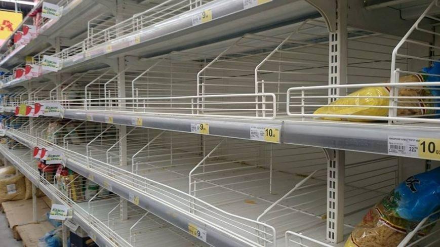 Ажіотаж пішов на спад: львів'яни перестали масово скуповувати продукти в супермаркетах (фото) - фото 1