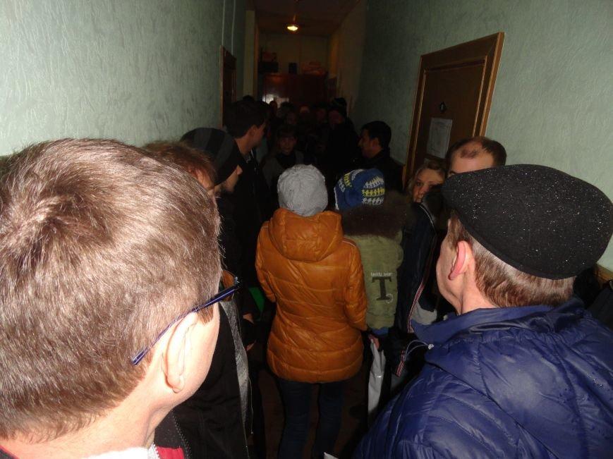 В Мариуполе ОВИР берут штурмом (ФОТОФАКТ) (фото) - фото 1