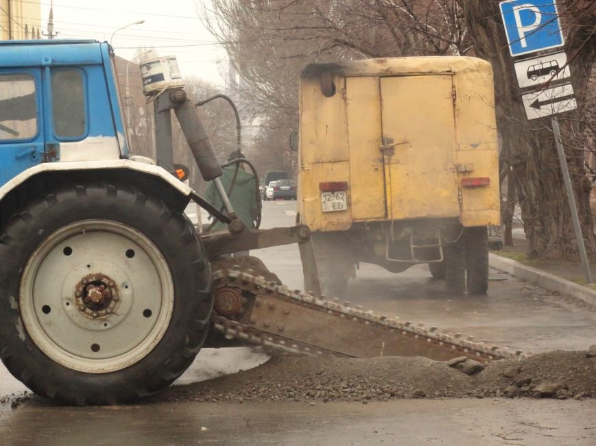 В Мариуполе распилили пополам дорогу, чтобы помочь людям (ФОТОФАКТ) (фото) - фото 1