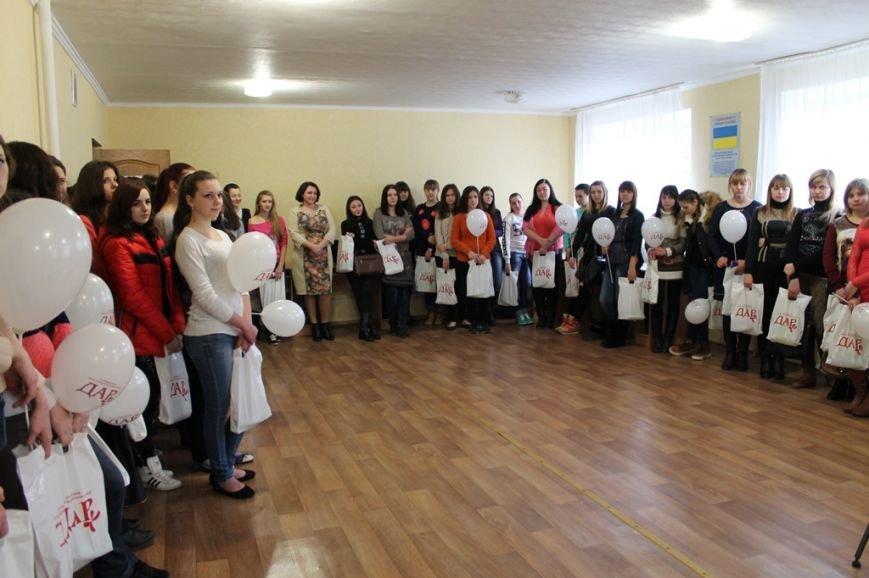 В Артемовске девушкам-переселенкам из зоны АТО вручили подарочные наборы, фото-5