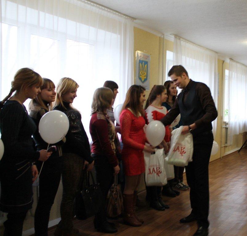 В Артемовске девушкам-переселенкам из зоны АТО вручили подарочные наборы, фото-4