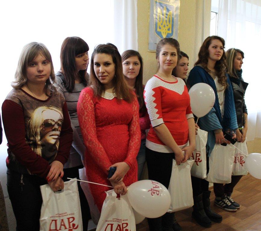 В Артемовске девушкам-переселенкам из зоны АТО вручили подарочные наборы, фото-6