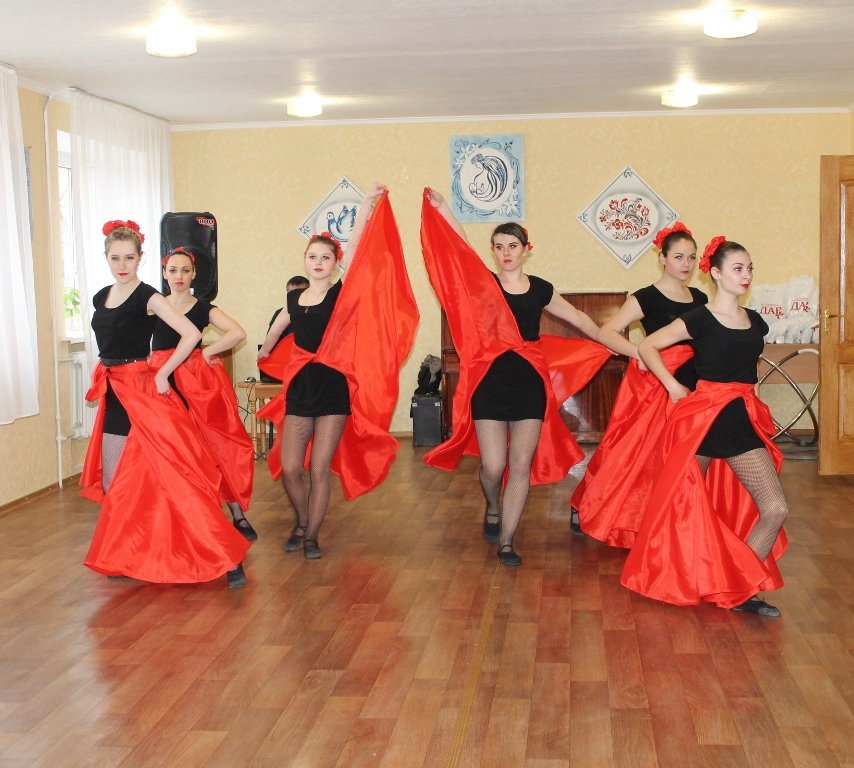 В Артемовске девушкам-переселенкам из зоны АТО вручили подарочные наборы, фото-1