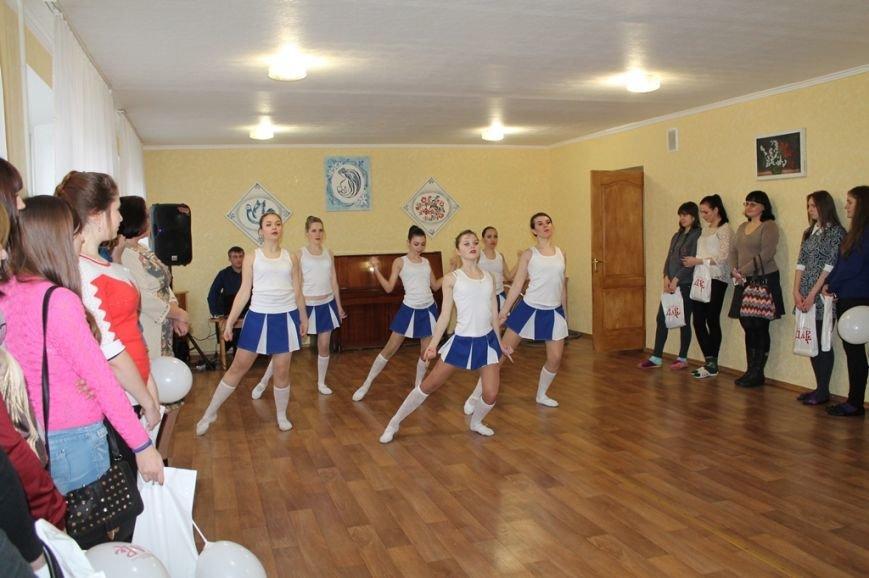 В Артемовске девушкам-переселенкам из зоны АТО вручили подарочные наборы, фото-2