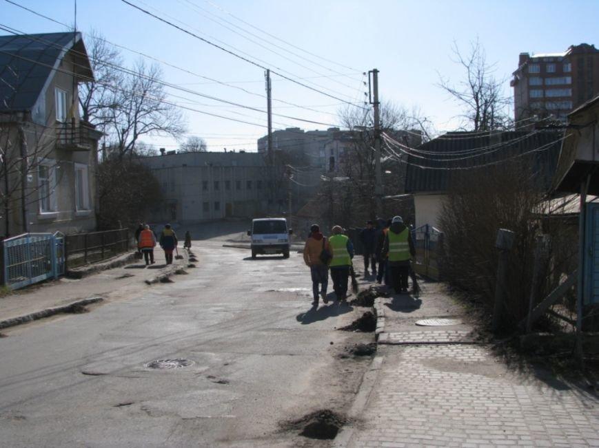 У Тернополі після зими комунальники прибирають узбіччя (фото) (фото) - фото 1
