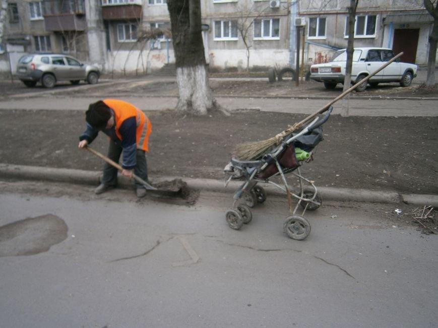 В Димитрове дворники приступили к уборке межквартальных проездов (ФОТОРЕПОРТАЖ) (фото) - фото 8