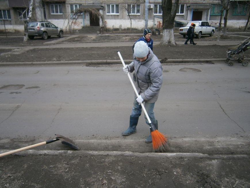 В Димитрове дворники приступили к уборке межквартальных проездов (ФОТОРЕПОРТАЖ) (фото) - фото 9