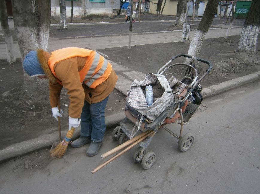 В Димитрове дворники приступили к уборке межквартальных проездов (ФОТОРЕПОРТАЖ) (фото) - фото 5