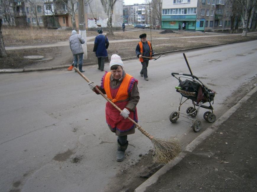 В Димитрове дворники приступили к уборке межквартальных проездов (ФОТОРЕПОРТАЖ) (фото) - фото 7