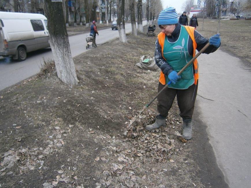 В Димитрове дворники приступили к уборке межквартальных проездов (ФОТОРЕПОРТАЖ) (фото) - фото 12