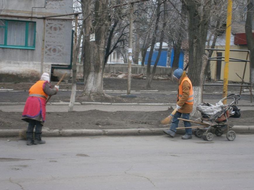 В Димитрове дворники приступили к уборке межквартальных проездов (ФОТОРЕПОРТАЖ) (фото) - фото 2