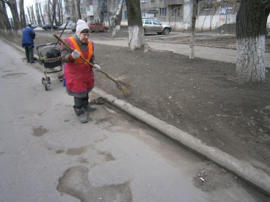 В Димитрове дворники приступили к уборке межквартальных проездов (ФОТОРЕПОРТАЖ) (фото) - фото 3