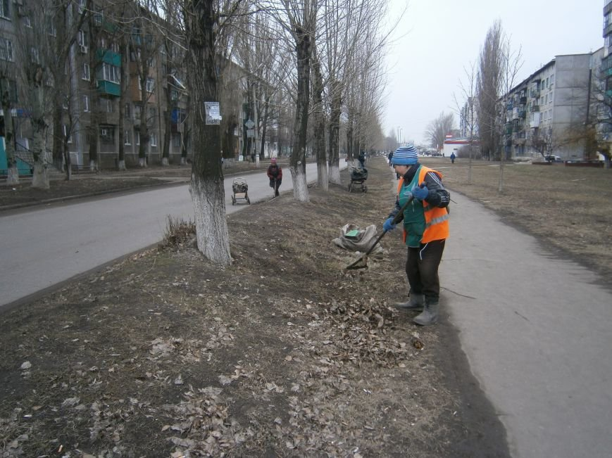В Димитрове дворники приступили к уборке межквартальных проездов (ФОТОРЕПОРТАЖ) (фото) - фото 11