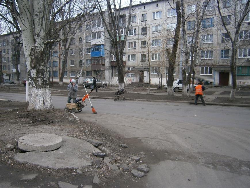 В Димитрове дворники приступили к уборке межквартальных проездов (ФОТОРЕПОРТАЖ) (фото) - фото 1