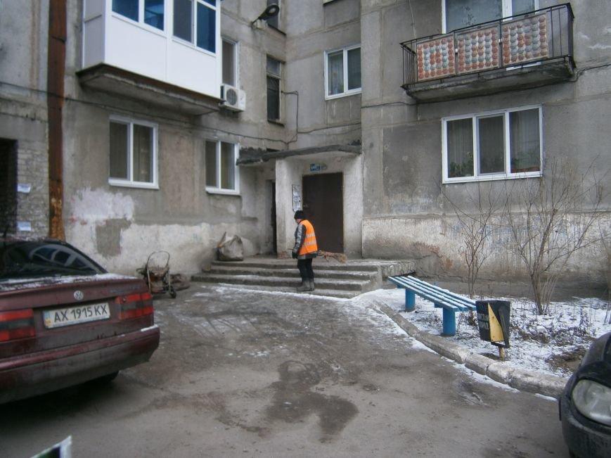 В Димитрове дворники приступили к уборке межквартальных проездов (ФОТОРЕПОРТАЖ) (фото) - фото 14