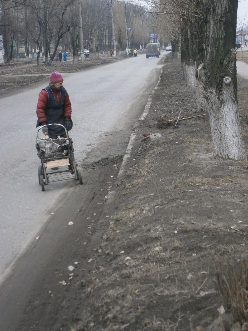 В Димитрове дворники приступили к уборке межквартальных проездов (ФОТОРЕПОРТАЖ) (фото) - фото 13