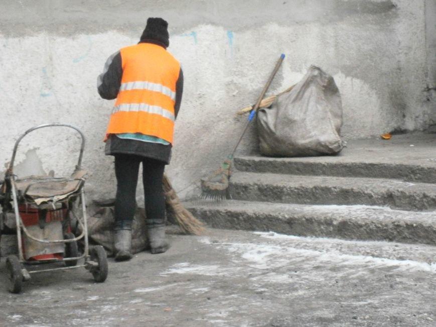 В Димитрове дворники приступили к уборке межквартальных проездов (ФОТОРЕПОРТАЖ) (фото) - фото 15