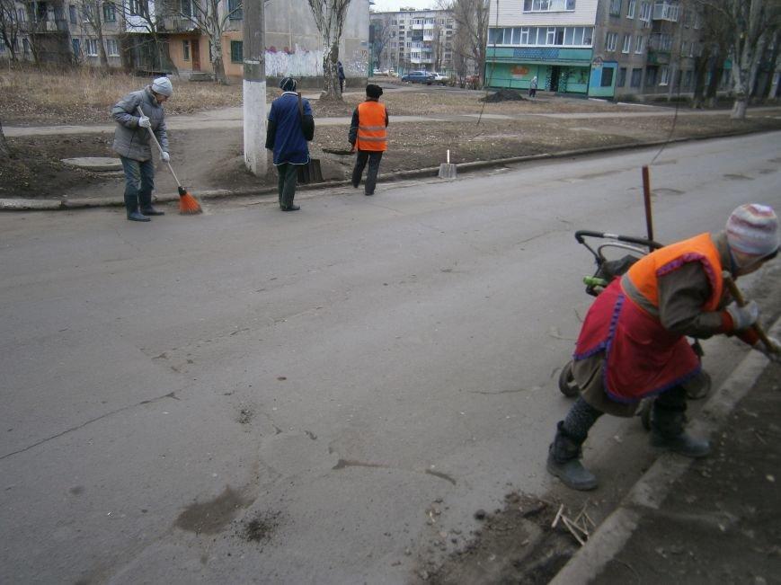 В Димитрове дворники приступили к уборке межквартальных проездов (ФОТОРЕПОРТАЖ) (фото) - фото 6